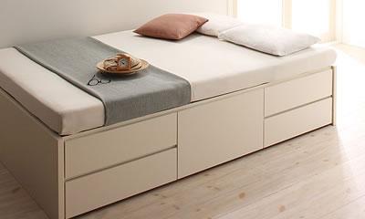 白いシンプルなベッド