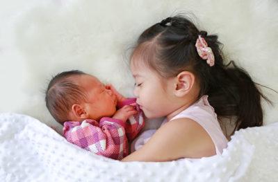 赤ちゃんと添い寝するお姉ちゃん