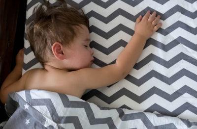 ベッドと壁の間に挟まる赤ちゃん