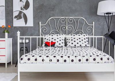 暗い壁に明るい色のベッド