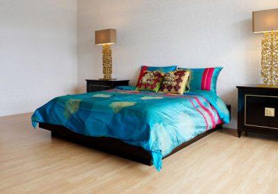 カラフルなシーツと暗い色のベッド