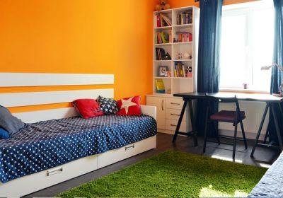 子供部屋のカラフルな壁とベッド