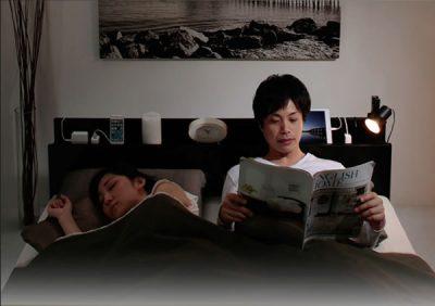 ダブルベッドで寝る同棲カップル