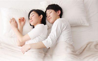 くっついて寝る同棲カップル