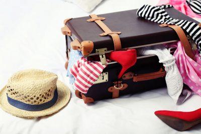 ベッドの上にスーツケース
