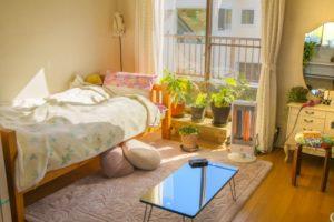 一人暮らしのワンルームとシングルベッド