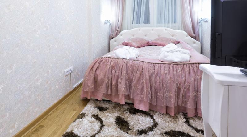 狭い部屋にベッドを置く