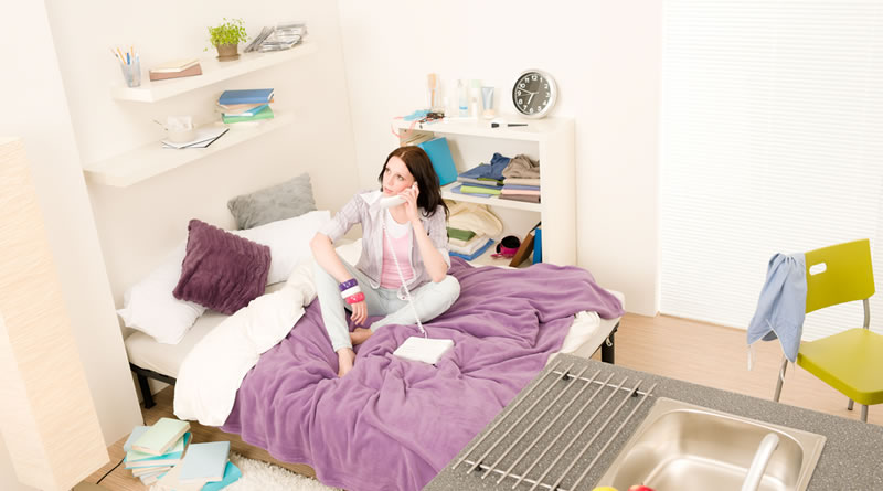 狭い部屋のベッド