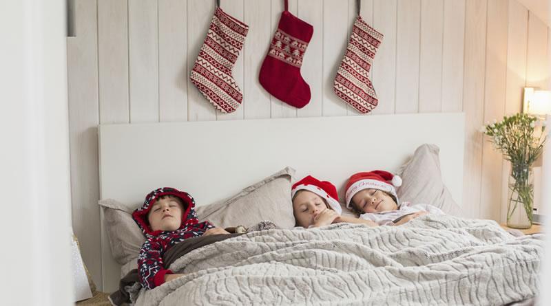クリスマスの靴下を吊るしたベッド