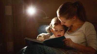 子供に絵本を読む