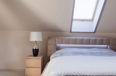 天窓の真下にベッドを置く