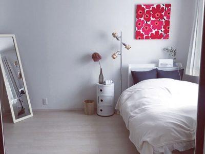 白いベッドとコンピニポリ