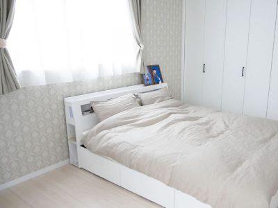 白とベージュの落ち着いた寝室