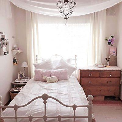 シャビーシックな白いベッド