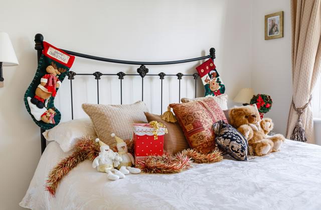 クリスマスの子供部屋のベッドと靴下