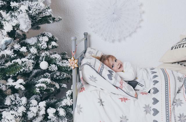 クリスマスモチーフを飾った寝室