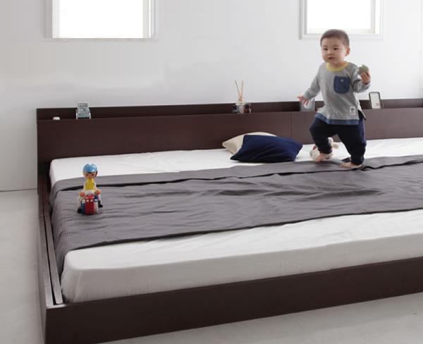 子供がベッドで走り回る